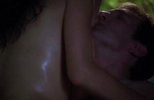 Två Ungdom farbror knullar i fitta och en av gratis porrfilm äldre kvinnor dem är anal