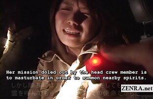 En jungfru, nudist sexfilm är under läkarens öga i badrummet